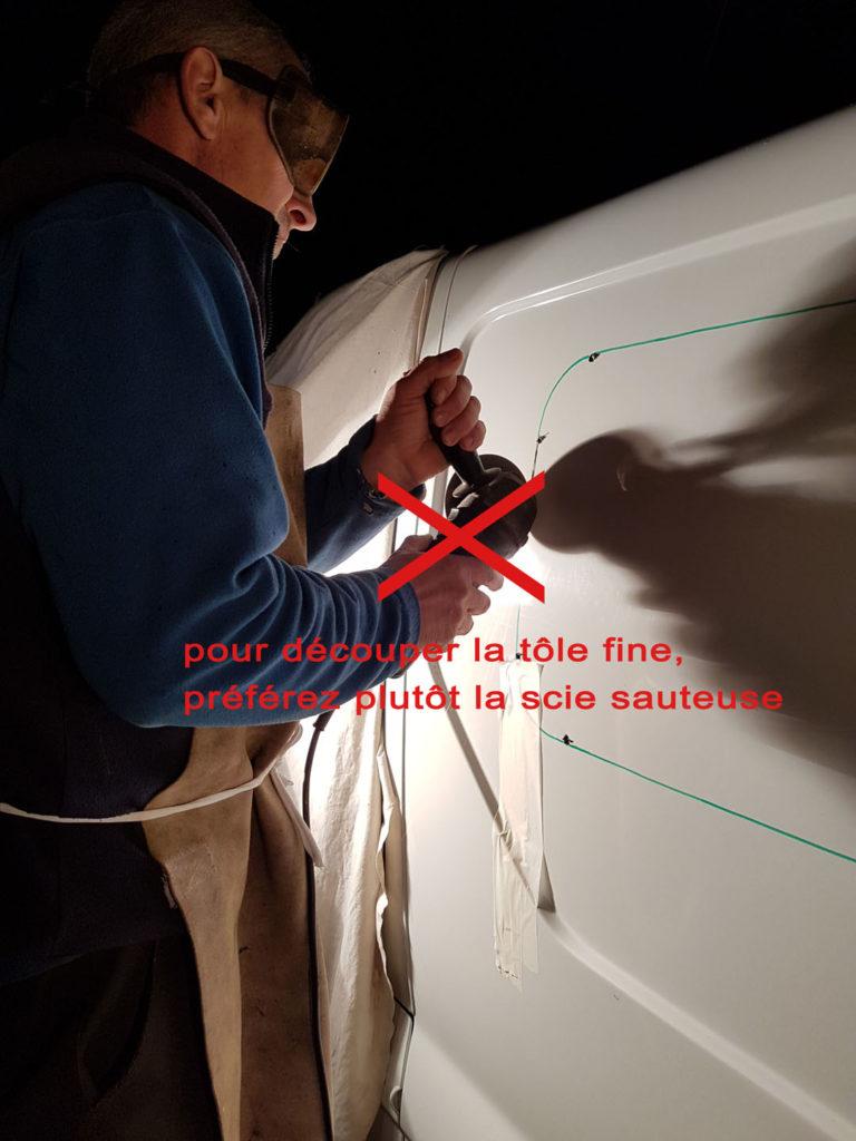 Découpe de la tôle pour la fenêtre