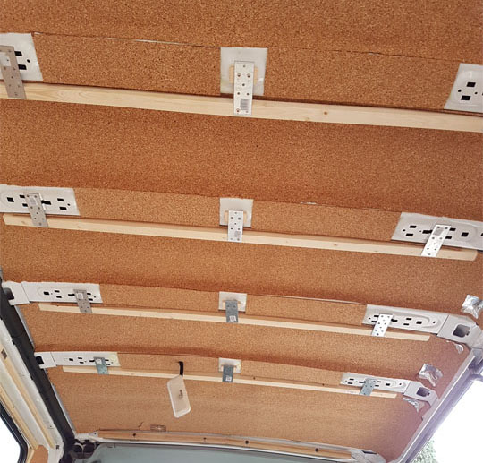 Pose des tasseaux au plafond pour isolation